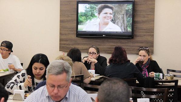 Horário eleitoral exibido na hora do almoço em um restaurante na Zona Norte de São Paulo (Leonardo Benassato/Futura Press)